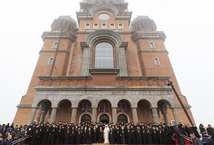 VIDEO-Catedralei Mântuirii Neamului: Aproximativ 30.000 de persoane şi 2000 de invitaţi la slujba de sfinţire