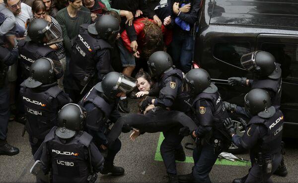 VIDEO: Referendum în Catalonia - Peste 460 de răniți în confruntările cu poliția spaniolă, anunță primarul Barcelonei