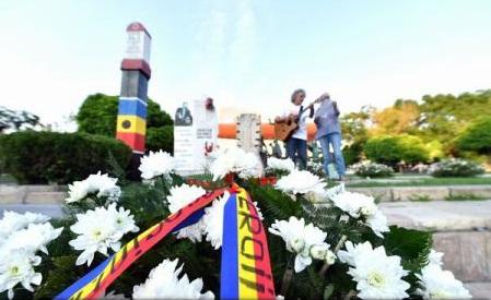 Zeci de persoane au comemorat în Piața Universității 27 de ani de la Mineriada din 13-15 iunie 1990