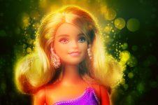 """Ziua Internaţională a Femeii, marcată prin păpuşi Barbie pugiliste şi un flashmob al """"sufragetelor"""""""