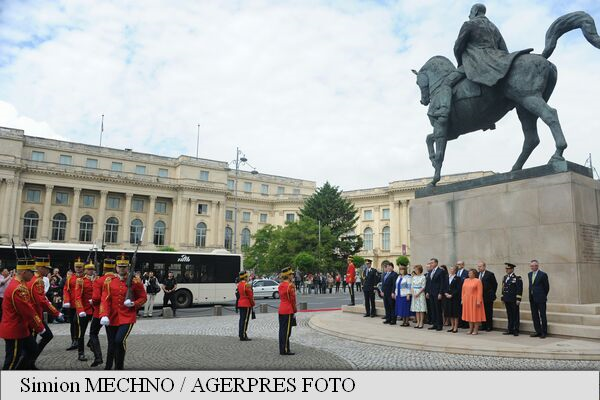10 MAI: Ceremonie militară și depuneri de flori, la statuia regelui Carol I din Piața Palatului Regal