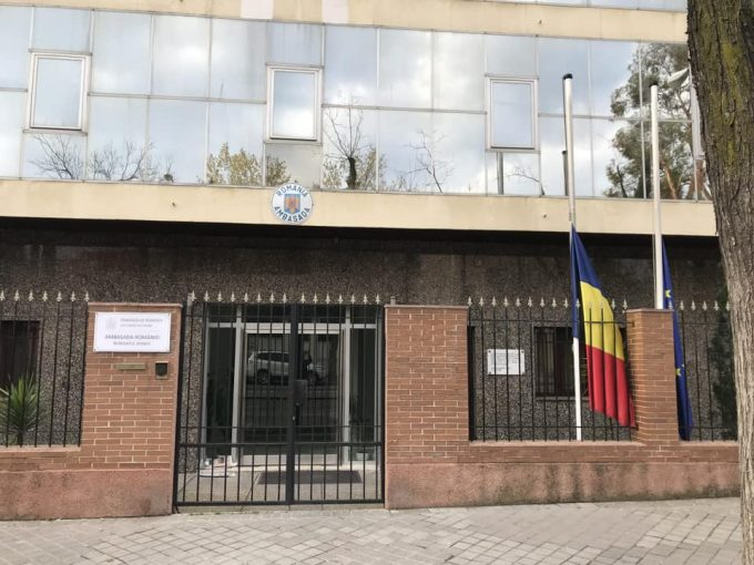 Ambasada României în Regatul Spaniei a coborât în bernă steagurile în semn de doliu pentru victimele pandemiei de coronavirus