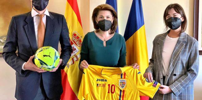 Ambasadorul României în Regatul Spaniei a înmânat tricoul oficial al Echipei naționale de fotbal a României