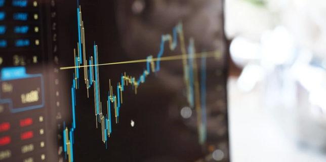 Aproape jumătate dintre români intenţionează să investească în acţiuni sau criptoactive, în următoarele 12 luni (sondaj)