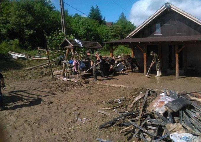 Armata a intervenit cu tehnică în sprijinul populaţiei afectate de ploi şi inundaţii şi este pregătită pentru noi intervenţii