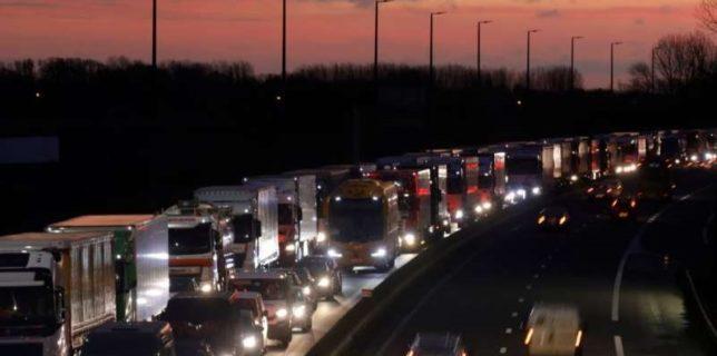 Asociaţie de voluntari: Sute de români, şoferi de TIR şi turişti, sunt blocaţi în trafic între Marea Britanie şi Franţa