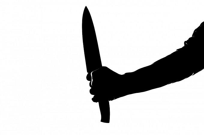 Atacator mascat înarmat cu două cuţite, rănit de poliţişti în timp ce fugărea două cupluri în Năvodari