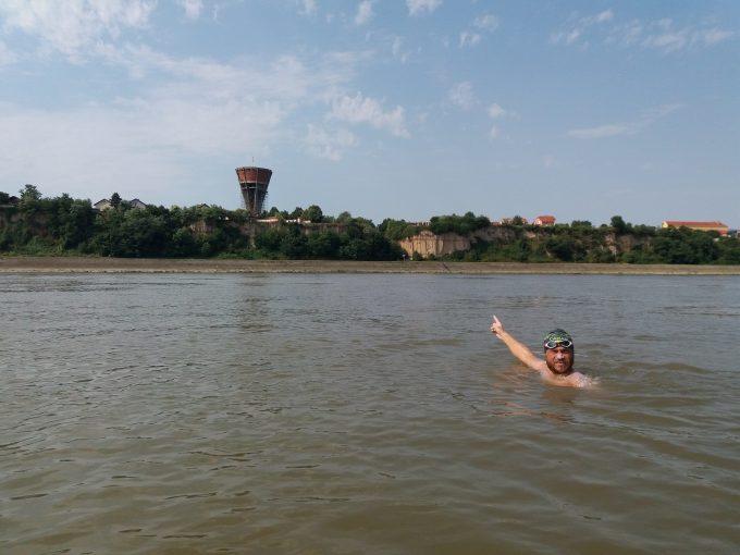 VIDEO: Avram Iancu a stabilit un nou record de distanță în maratonul său de înot de pe Dunăre