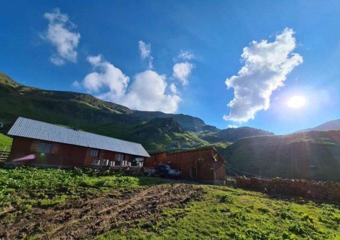 Bistriţa-Năsăud: Stânele din Munţii Rodnei, loc de popas pentru turiştii atraşi de natură şi de produse cu gust