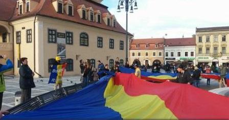 Brașov: Un steag de 100 de metri, desfășurat în Piața Sfatului, la împlinirea a 99 de ani de la Unirea Basarabiei cu România