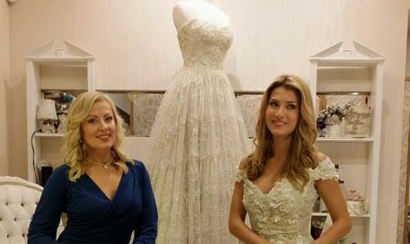 Câștigătoarea Miss World, îmbrăcată în creațiile bistrițencei Tina Olari, designerul său oficial