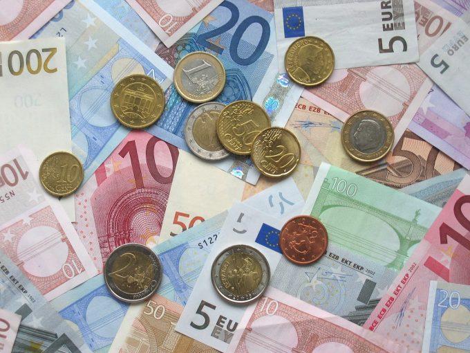 Cât este rata medie de compensare a angajaţilor pe oră în UE?