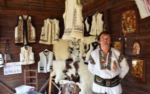 Ce spune ultimul cojocar de pe Valea Mureşului Superior despre meseria sa