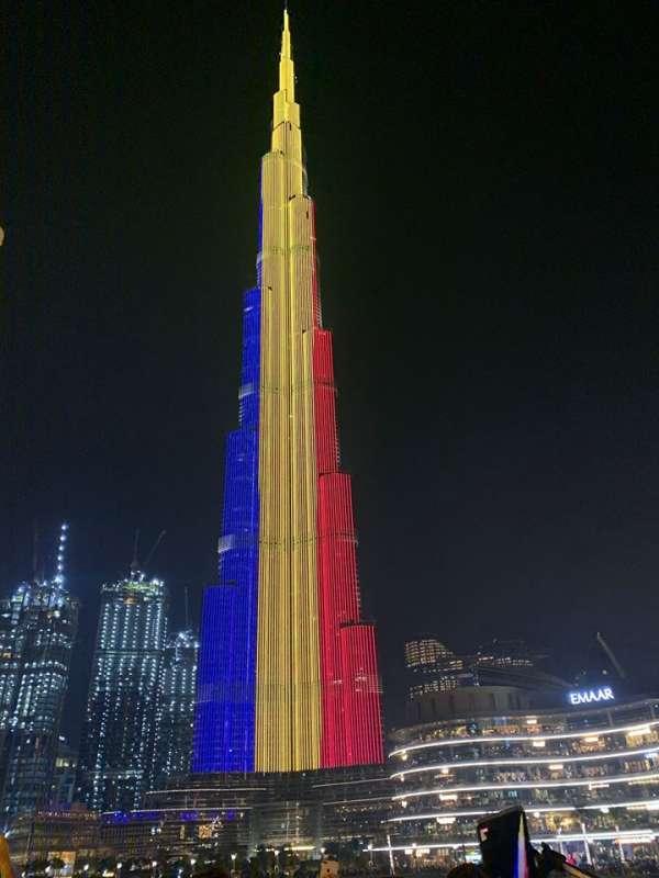 Cea mai înaltă clădire-turn din lume, Burj Khalifa, iluminată în culorile steagului României