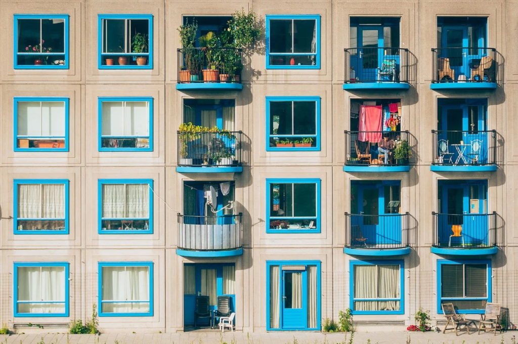 Comisia Europeană va propune introducerea unor standarde energetice minime pentru clădirile rezidenţiale