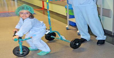 Copiii internați la Spitalul Universitar din Torrejón merg la probe și la sala de operație cu tricicleta
