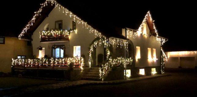 Covasna: Câştigătorul concursului 'Cea mai frumoasă casă împodobită de Crăciun' a donat premiul Clubului Copiilor