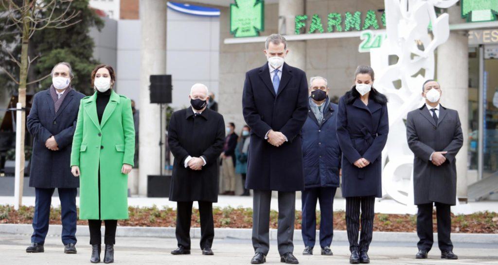 Díaz Ayuso participa en la inauguración de un monumento a los sanitarios fallecidos por el COVID