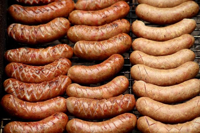 Din ce cauză europenii ar putea fi nevoiţi să plătească mai mult pentru cârnaţii de grătar