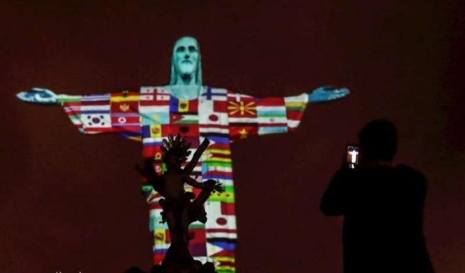 Drapele a 166 de ţări, proiectate pe statuia Cristos Mântuitorul din Brazilia