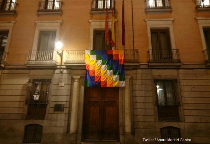 El Ayuntamiento de Madrid «celebra» el 12 de octubre colgando una «wiphala», la bandera indígena