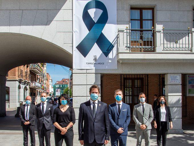El Ayuntamiento de Torrejón de Ardoz luce un gran crespón negro en su fachada como muestra de solidaridad hacia las víctimas del coronavirus