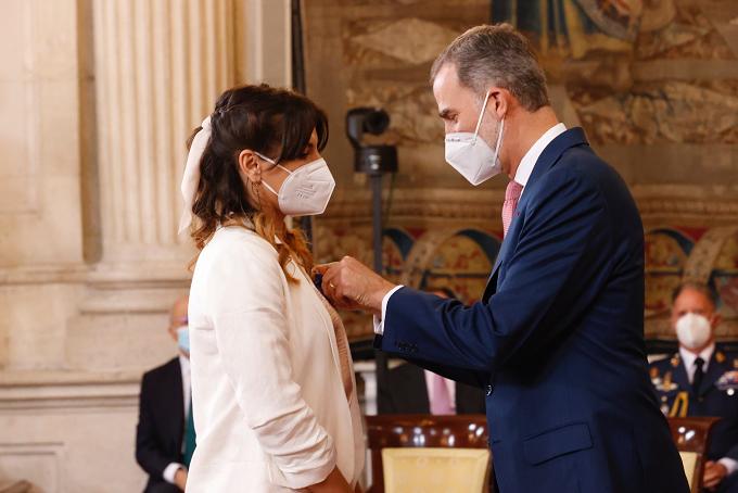 El Rey Felipe VI condecora a Alice una voluntaria rumana de Cruz Roja en Extremadura