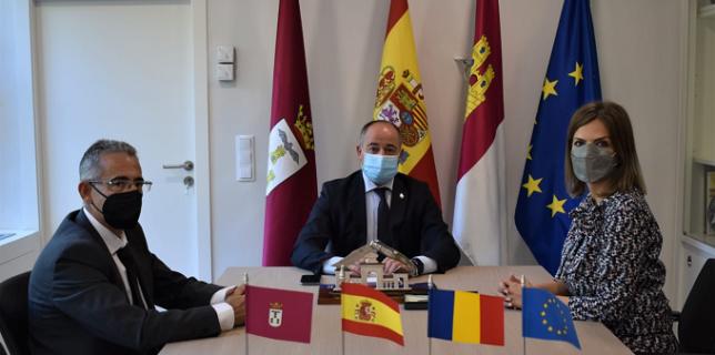 El alcalde de Albacete, Emilio Sáez, ha recibido a la nueva cónsul de Rumania en Castilla-La Mancha, Florenta Ciobotaru
