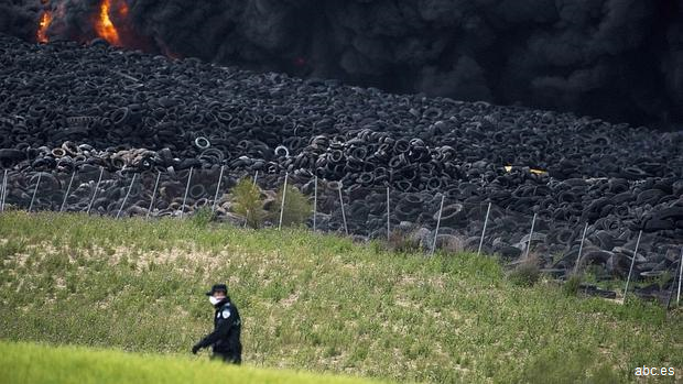 El alcalde de Seseña, convencido de que el incendio del cementerio de neumáticos ha sido provocado