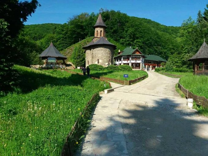 Episcopia Devei şi Mănăstirea Prislop pierd un proces cu deţinătorii mărcii 'Arsenie Boca'