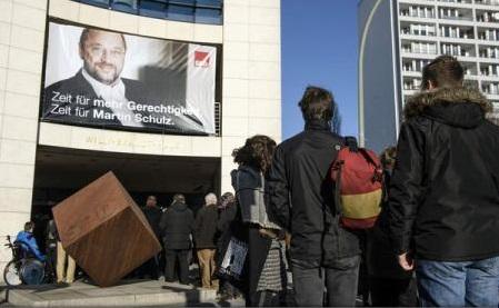 Europenii se confruntă cu o criză de încredere ce alimentează populismul (sondaj)