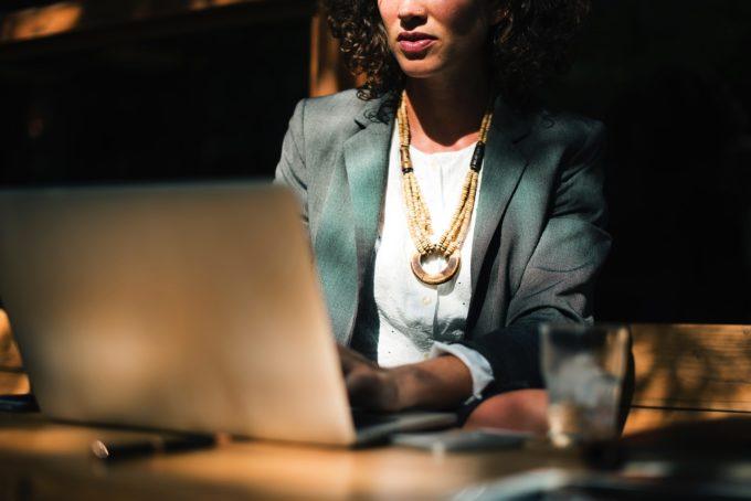Femeile cu funcţii de conducere în România, plătite mai puţin şi promovate mai rar decât omologii lor (studiu)