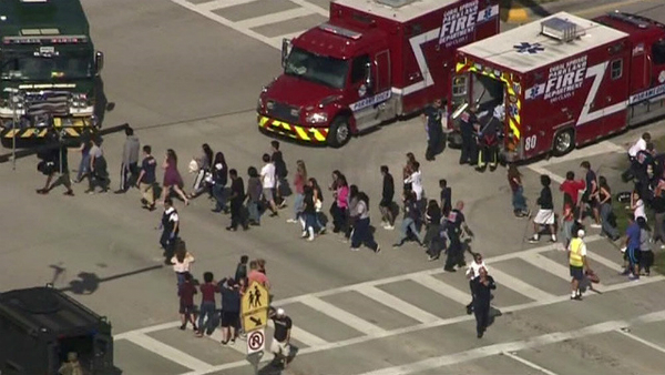 VIDEO: Florida - Atac armat la un liceu, cel puţin 15 morţi, între 20 şi 50 de răniţi
