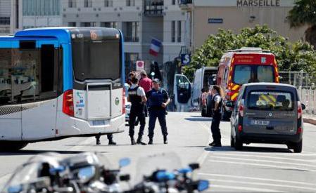 Franța: Un mort și un rănit după ce o mașină a intrat în refugii de autobuz în Marsilia