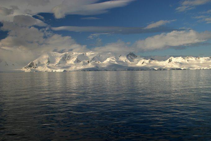 Gaura din stratul de ozon de deasupra Antarcticii devine din ce în ce mai mică
