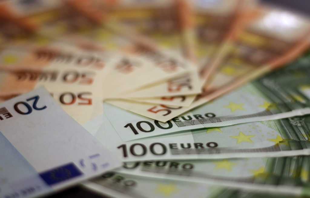 Iaşi: Recompensat de poliţişti după ce a găsit într-un bancomat peste 5.000 de euro şi i-a returnat