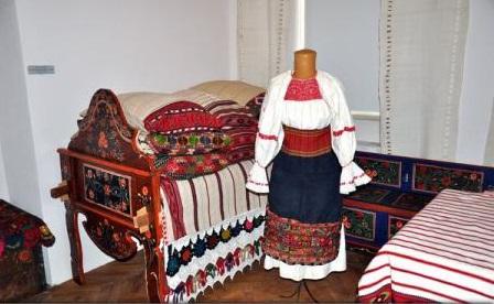 Ia - ambasador pentru România / Colecție impresionantă de ii cu ciupag roșu, specifice portului popular cu trup vânăt, la Târgu Mureș