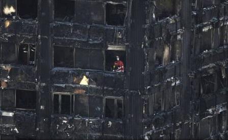 Incendiu la Londra: Aproximativ 600 de clădiri din Anglia au izolație similară cu cea de la Grenfell Tower