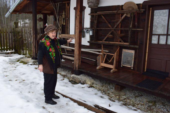 """Izvoru Mureşului: Letiţia Suciu adună de o viață obiecte într-un mic muzeu etnografic sau """"şura cu vechituri"""""""