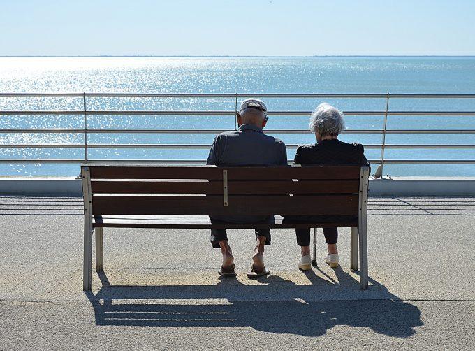 La ce vârstă mă pot pensiona pentru limită de vârstă?