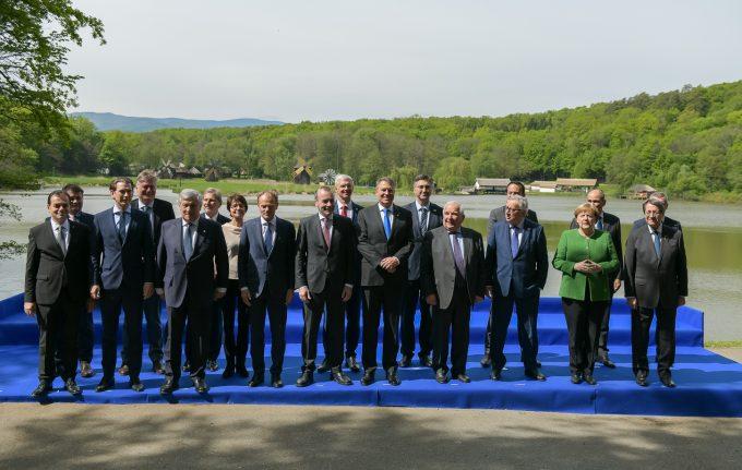 Liderii Europei au primit la Sibiu cadouri tradiţionale româneşti - linguri de lemn sculptate şi ouă încondeiate