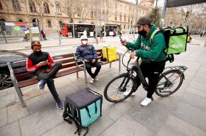 Livratorii de mâncare din Spania trebuie să devină angajaţi cu carte de muncă în următoarele 90 de zile