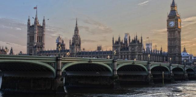 MAE: Convorbire Aurescu-omologul britanic/ Regatul Unit apreciază contribuţia comunităţii româneşti la dezvoltarea societăţii şi economiei Regatului Unit