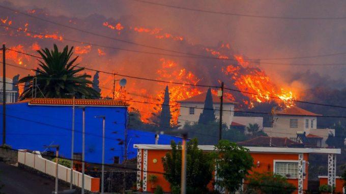 VIDEO: Mii de evacuaţi după ce lava vulcanului din insula spaniolă La Palma a distrus locuinţe, terenuri şi porţiuni de drumuri