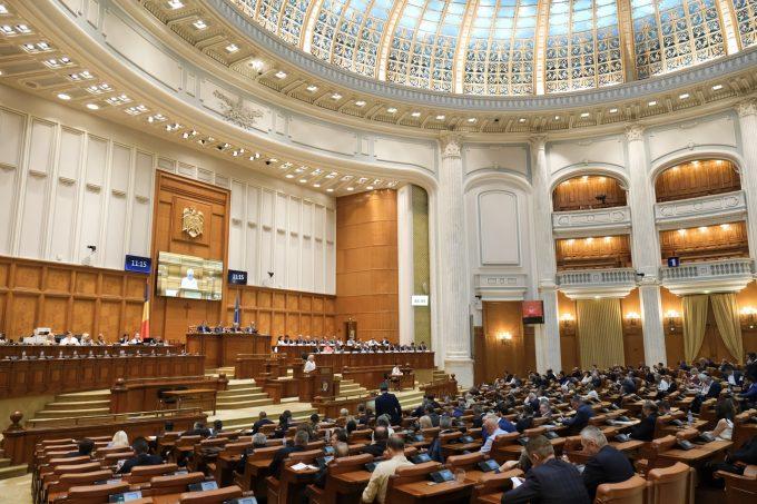 Moţiunea de cenzură ''Fără OUG-uri, fără parole de acces şi fără cozi la vot'' a fost respinsă