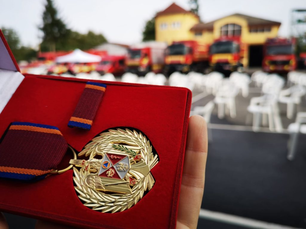 Mureş: Salvatorul unor copii surprinşi de flăcări într-un bloc de garsoniere, distins cu Emblema de Onoare a IGSU