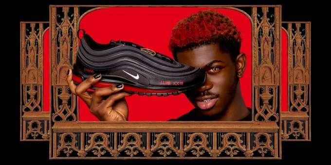 """Nike a dat în judecată un colectiv artistic pentru """"Pantofii Satan"""", care conţin picături de sânge uman"""