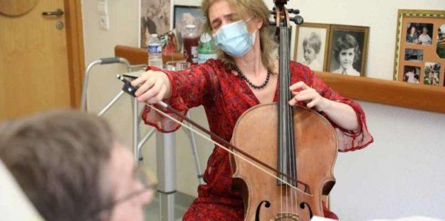 O violoncelistă cântă într-un centru de îngrijiri paliative de lângă Paris pentru a alina durerea pacienţilor