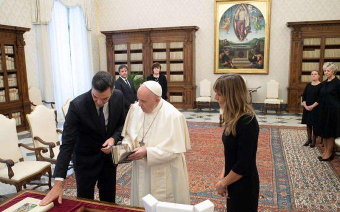 Papa Francisc a fost văzut din nou fără mască, în cadrul unei întrevederi cu premierul spaniol