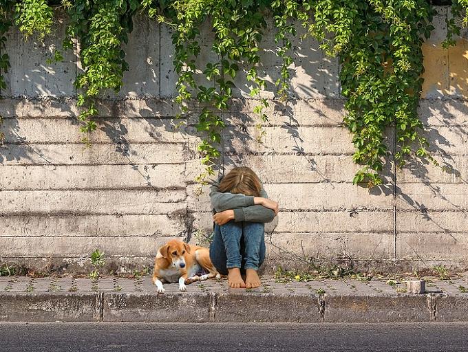 Peste 200.000 de copii din România au unul sau ambii părinți plecați în străinătate
